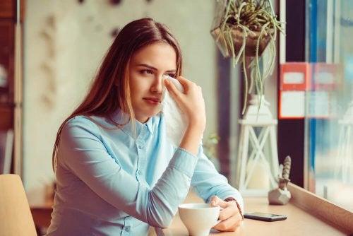 Mulher chorando porque seu ex a trata com desprezo