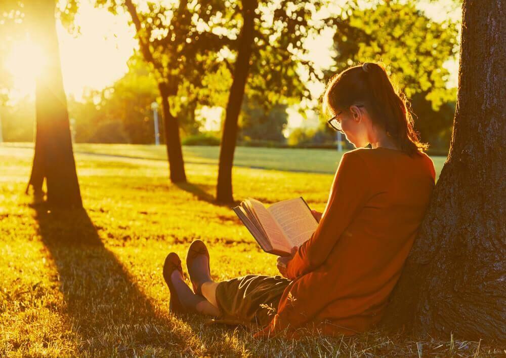 Mulher lendo no parque