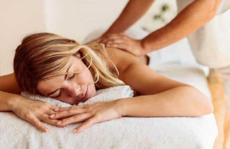 Mulher recebendo massagem