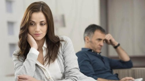 Mulher que suspeita da infidelidade do parceiro