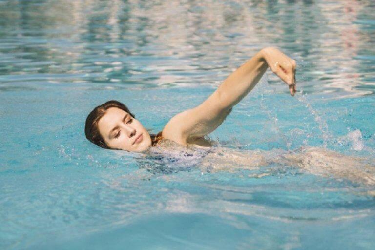 Mulher fazendo natação