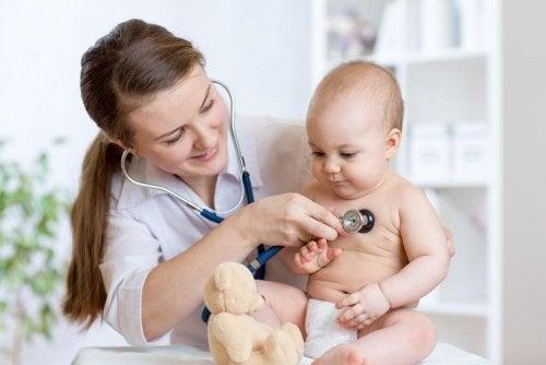 Médica tratando constipação em bebê