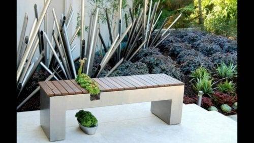 Jardim com banco de madeira