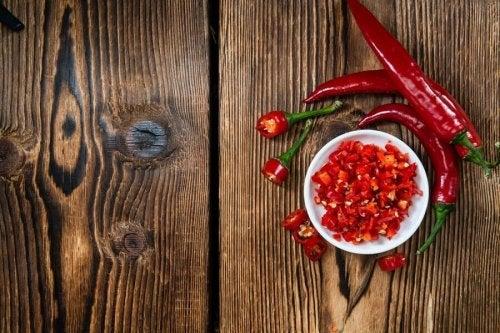Pode aproveitar das propriedades adelgaçantes da pimenta chili cortada em cubos