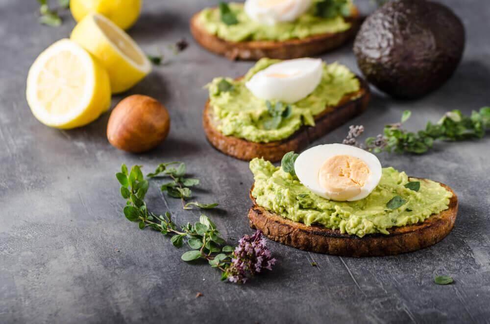 Torrada com abacate e ovo
