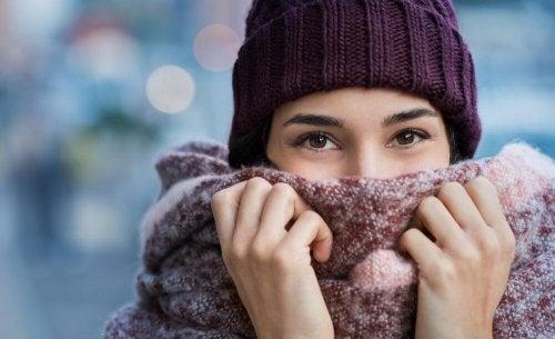 Por que as mulheres sentem mais frio que os homens?