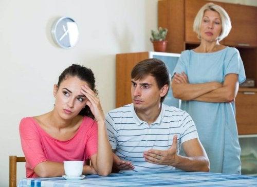 A familia de um dos namorados é um dos motivos de discussões que todo casal feliz tem