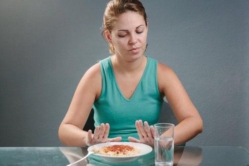 Mulher rejeitando comida