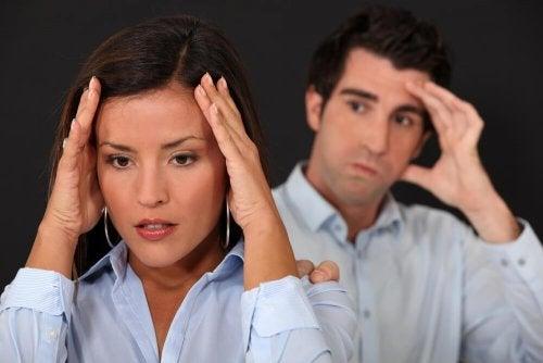 Mulher preocupada porque seu a trata com desprezo