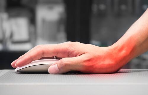 Usar muito o computador pode trazer síndromes nas mãos