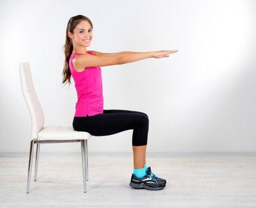 Mulher fazendo exercícios em cadeira