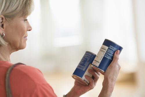 Mulher lendo rótulos de alimentos