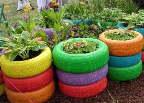 Vasos de plantas feitos de pneus