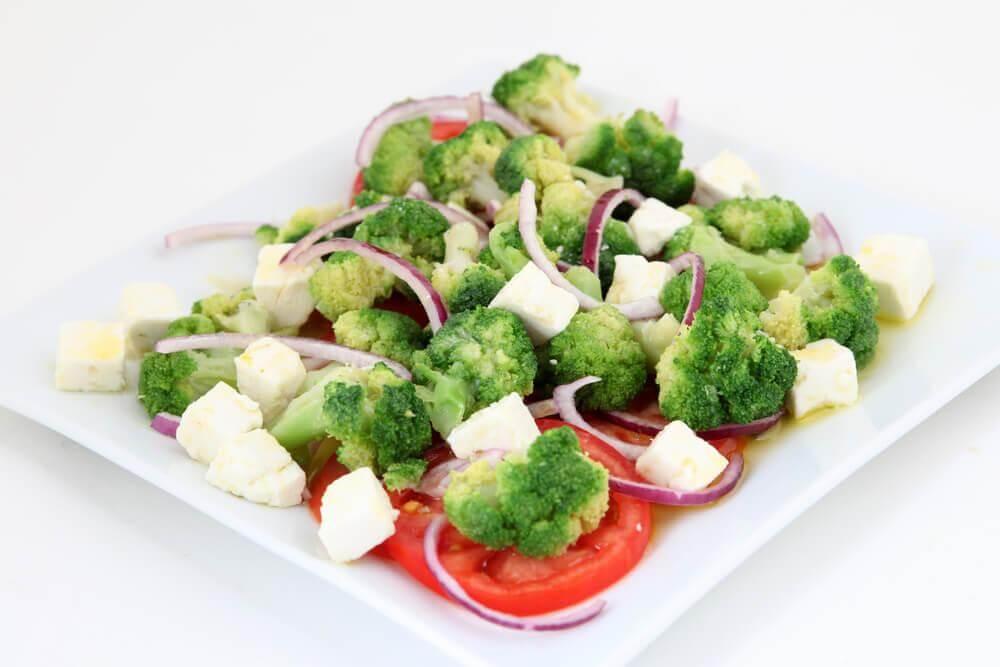 Verduras a vapor com queijo gratinado