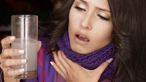 Mulher com dor de garganta