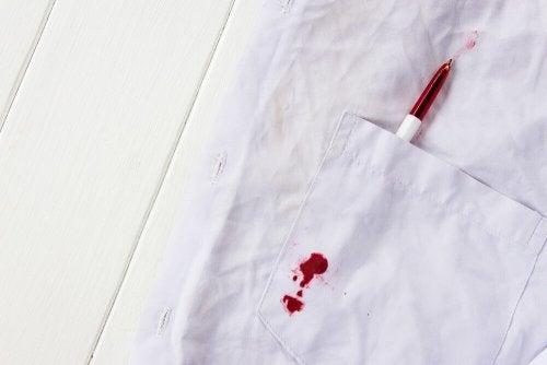 4 dicas para remover manchas de caneta da roupa do seu filho