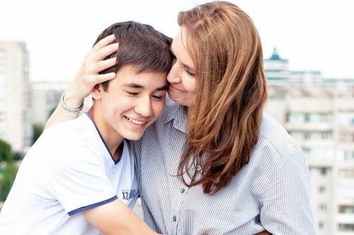 Mãe abraçando o seu filho