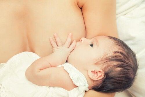 Bebê mamando no peito da mãe