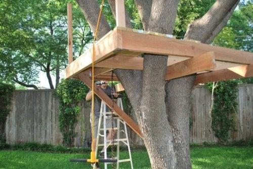 Construir uma casa na árvore para as crianças