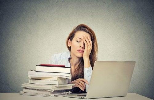 Mulher cansada pela falta de vitaminas