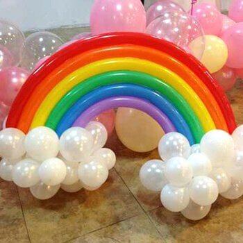 Decorar com balões em forma de arco-iris