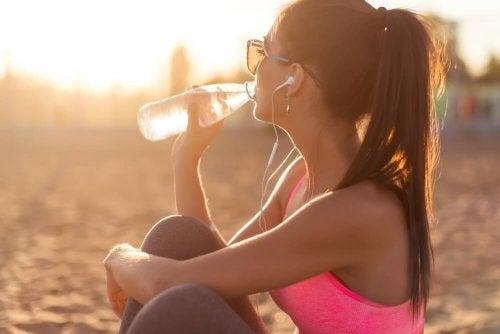 Beber água ajuda a hidratar a sua pele