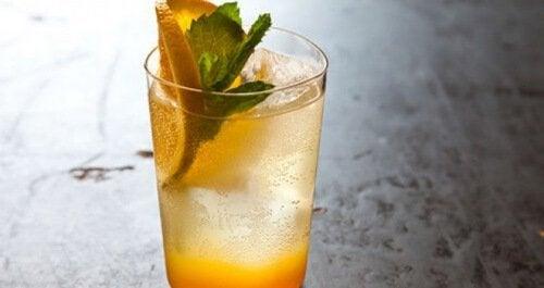 Bebida de laranja e hortelã