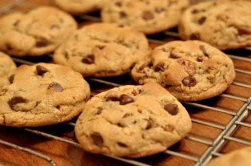 Biscoitos caseiros com gotas de chocolate