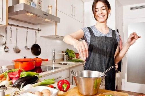 Mulher preparando comida para desintoxicar o corpo