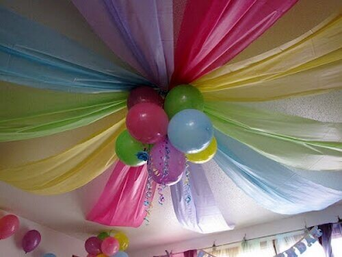 Teto decorado com panos e balões de cores