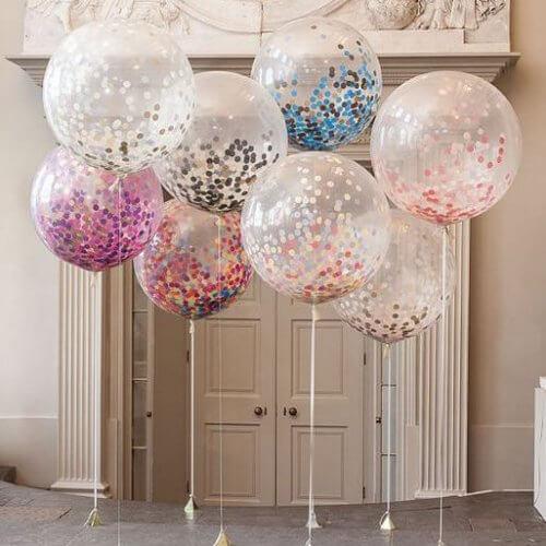 Sala decorada com balões transparentes
