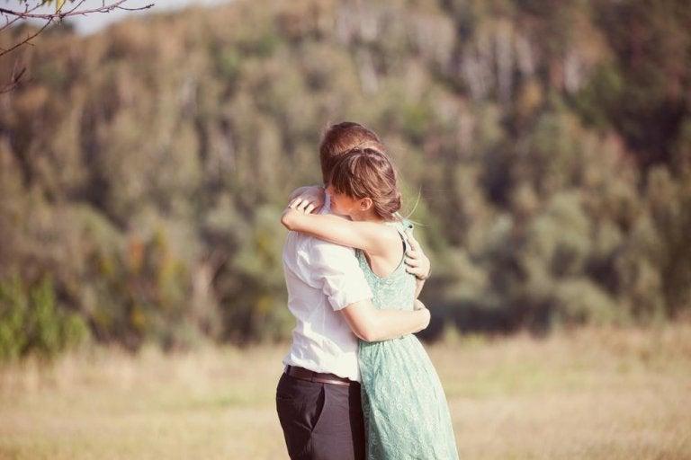 6 surpreendentes benefícios dos abraços