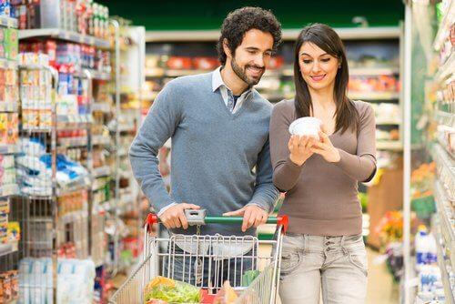 Casal fazendo compras no supermercado