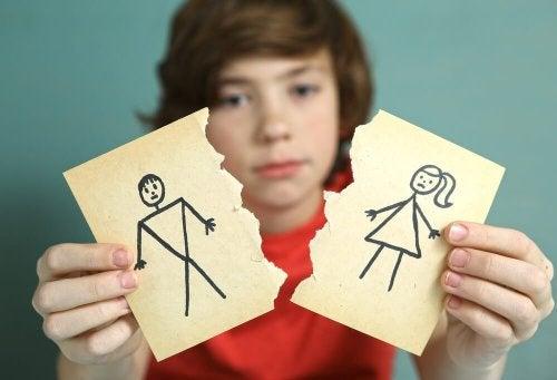 Filho mostrando desenho de pais divorciados