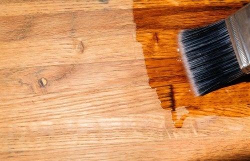 Pode encerar seu piso de madeira com um pincel