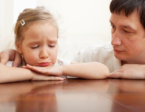 Pai consolando a filha