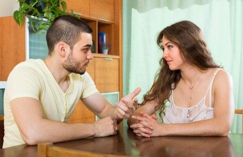 Casal conversando sobre uma possível separação