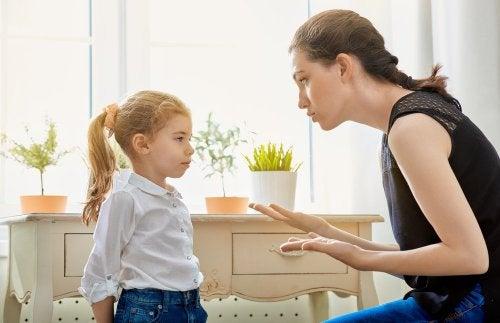 Mãe conversando com sua filha sobre receber o irmãozinho
