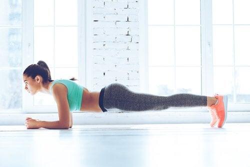 Mulher fazendo plank para para conseguir um abdômen plano