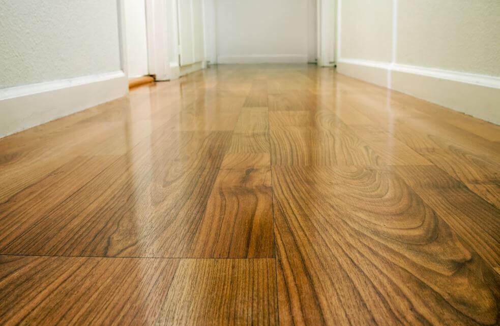 4 formas de encerar seu piso de madeira
