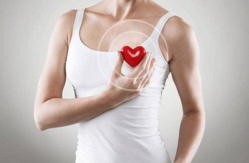 Mulher segurando um coração em bom funcionamento