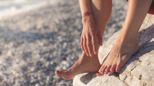 Mulher andando sem chinelos de praia