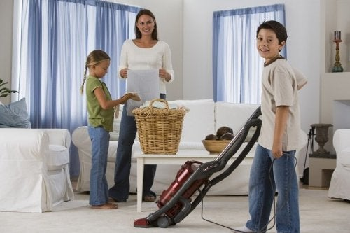 Família limpando a casa junta