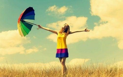 Mulher com roupa colorida