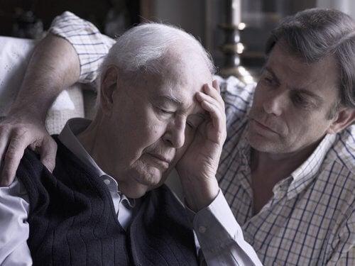 Filho cuidando do pai idoso com começo de Alzeimer
