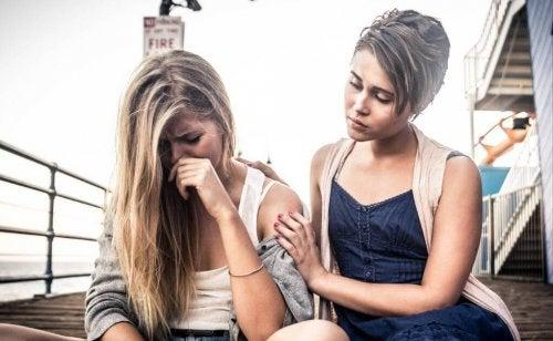 Mulher ajudando amiga com vitimismo crônico