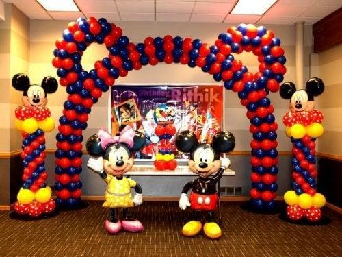 Decoração com balões em festa de Minnie e Mickey mouse