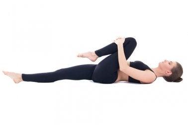 Postura de ioga para combater os gases