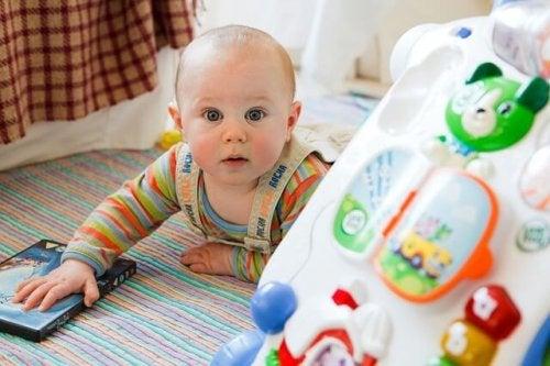 Criança com é um brinquedo para estimular a aprendizagem