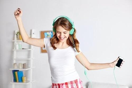 Jovem ouvindo música em casa